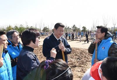 2015年4月3日,习近平同参加植树的群众交谈。新华社记者 张铎摄