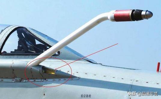 歼8D配备了用于夜晚空中加油的灯光指使编制
