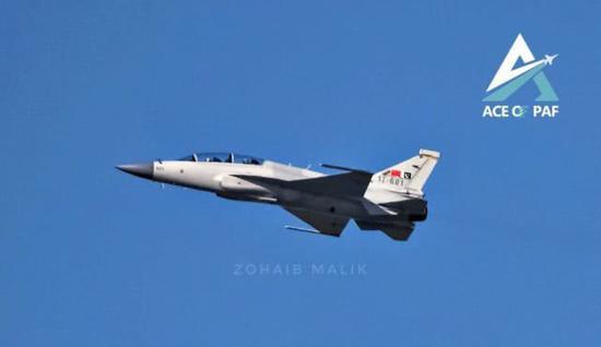 中航工业称,JF–17B比单座版本加长、加宽,但高度降低。