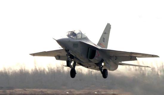 我军教练10采用大边条翼迎角超30度 机动性不输3代机