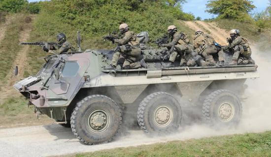 "KSK特战队员搭乘""狐""式装甲车实走突击走动。"