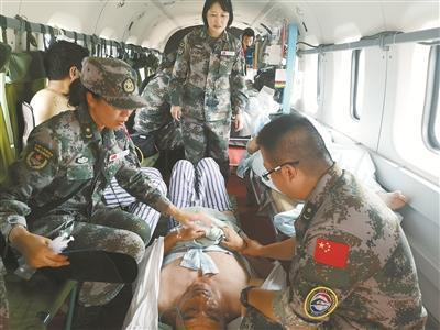 我军医疗队救助在老挝同胞 国防部:由训练转入实战