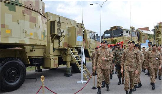 巴基斯坦陆军参谋长卡马尔·贾伟德·巴杰瓦参不都雅红旗16 图源:巴基斯坦媒体