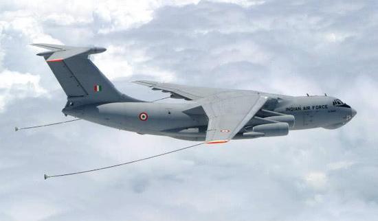 印度空军拥有的伊尔-78MKI添油机采用柔管添油手段