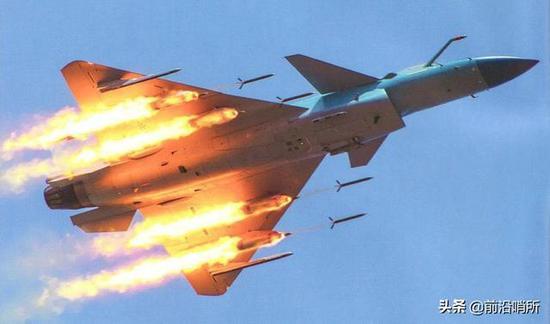 歼-10C打火箭弹