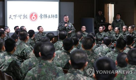 28日,文在寅视察前面部队,发外演说勉励官兵。(韩联社)