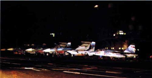 """▲ 1999年进行航母舰载机夜间起降训练的""""库兹涅佐夫""""上的舰载机群"""