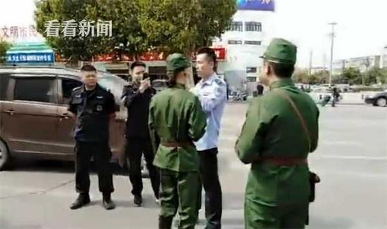 江苏多名男子穿日军制服街头打广告 被警方带走