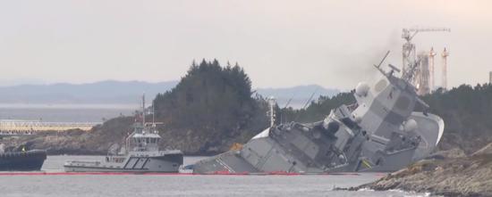 """被撞后的""""英斯塔""""号:搁浅后,舰体右倾,舰尾主要进水 (NRK直播截图)"""