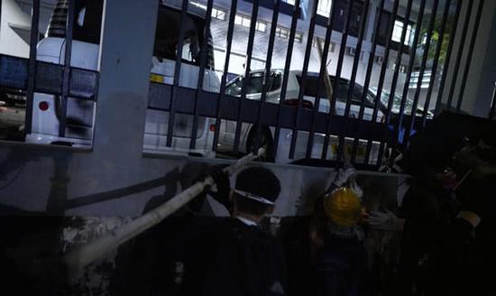 激进示威者正在破坏警署内车辆