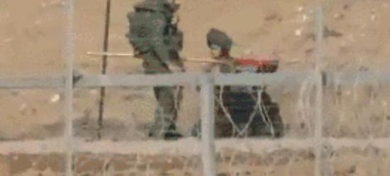 两名以军士兵发现了旗帜