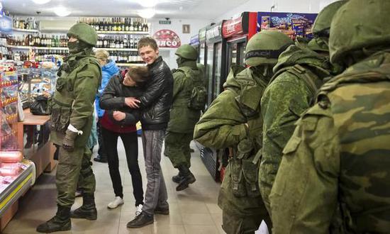 俄罗斯派兵侵占克里米亚,并将其纳入版图,使得俄乌有关极度凶化