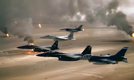 """图为在伊拉克战场上摆出""""空中鹰墙""""的美国空军战斗机群。"""