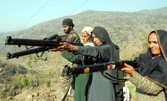 图片:印度克什米尔地区的民众被训练使用英七七步枪,教官手中则是AK步枪。