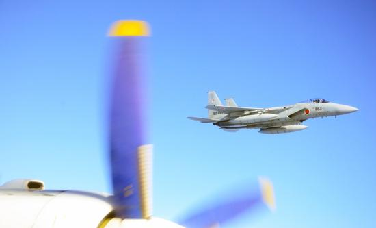 我国国防部公布的F-15J战机干扰我军机正常飞行训练照片。