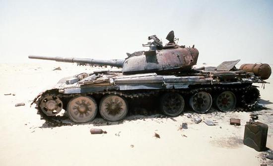 图为被击毁的伊拉克T-72A坦克,该坦克较那时任何一款中国坦克都要更先辈。