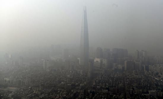 雾霾中的韩国第一高楼——位于首尔的乐天世界塔(民族日报 图)