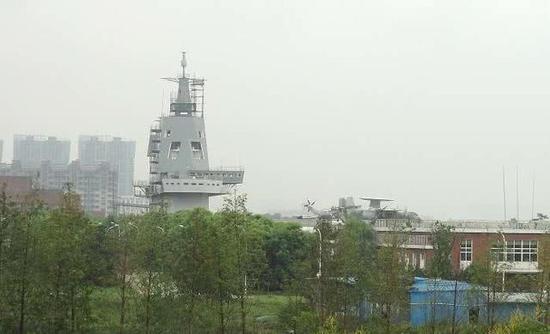 外媒:100多国外军远眺中国陆上航母 发出啧啧赞