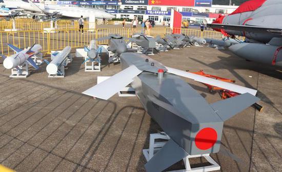 这就是中国为枭龙准备的海量准确制导武器大拼盘,无所不有,轰炸机的气派