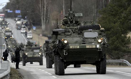 图为在爱沙尼亚前沿部署的美国陆军中型旅车队。