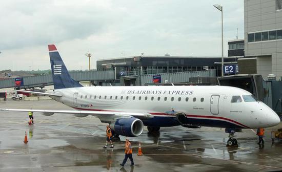 图为用作货运班机的ERJ-175E2,该机和Q400一样同为90座级支线飞机。