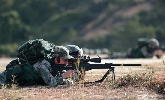 现在CS/LR4已经逐渐替代88狙击步枪,图为我军一个标准的双人狙击小组