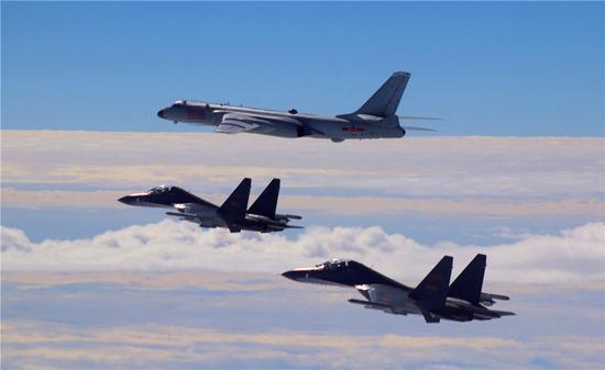 轰-6K轰炸机与苏-30MKK战机在远洋训练中的间距复杂多变。