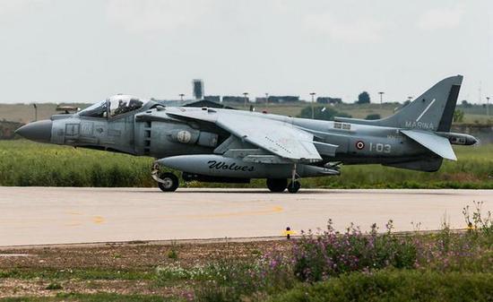 意大利AV8B垂直首降战斗机