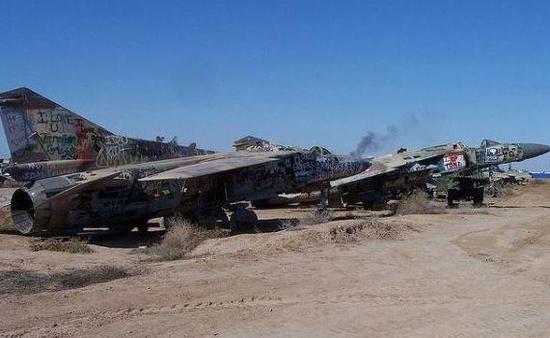 图为被炸毁后屏舍的伊拉克空军米格-23战机。