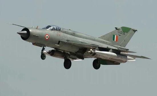 印度空军一架米格21战机夜间坠毁 飞行员跳伞逃生