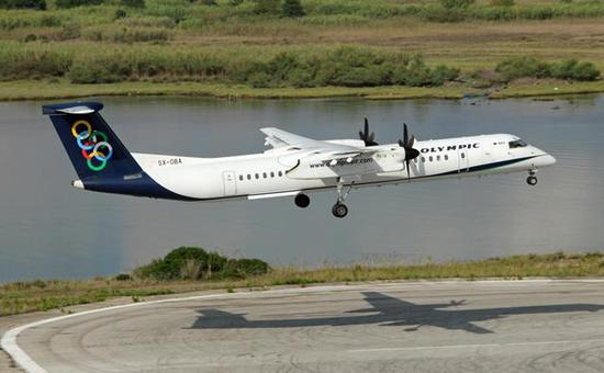 图为正在着陆的奥林匹亚航空Q400支线客机。