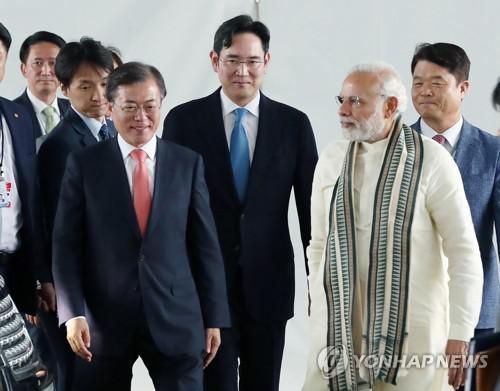 印度总理莫迪和韩总统文在寅相符体为三星工厂揭幕,图片来源:韩联社