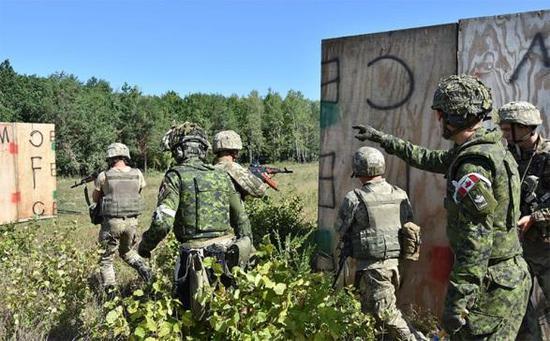 图1 添拿大教官训练乌克兰士兵