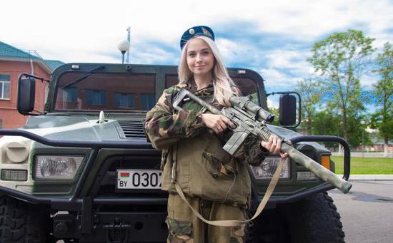 """图片:涂有白俄罗斯迷彩的东风""""猛士""""EQ2050军用越野车。"""