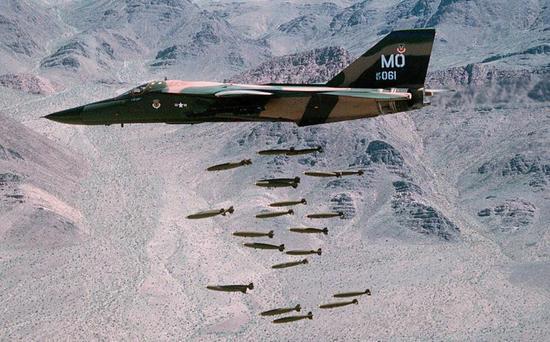 F111能一次挂这么多炸弹,吓物化人吧,一发炸弹454公斤