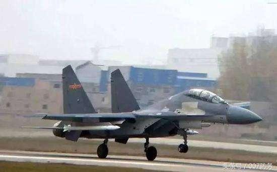 歼-16携带的无弹翼空空导弹
