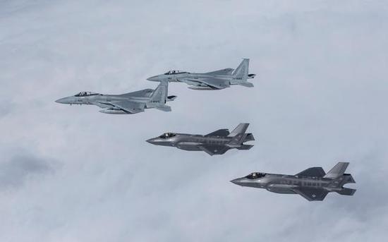 图为和F-35A相符训的F-15C战斗机。