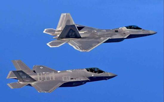 美国F-22与F-35形成高矮搭配