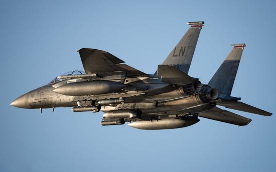 F111时代,大长腿多挂弹是主流,到了F15E时代,郑重高机动生存力高是主导,短腿点没事