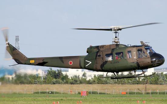 图为日本陆上自卫队现役的UH-1H,这些直升机明年将片面施舍菲律宾。