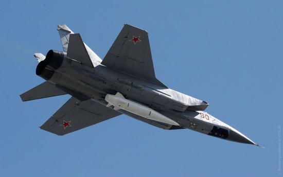 图片:携带短剑导弹的米格-31