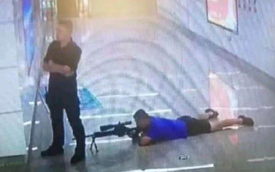 南宁地铁,警方狙击手使用的应该是CS/LR4狙击步枪