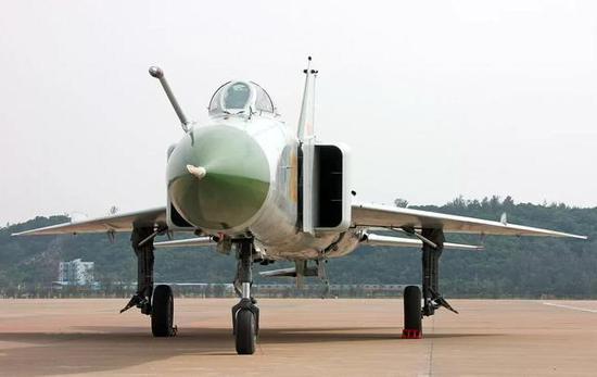 从战斗机气动设计来说,机翼选择是中间,歼8II机翼设计太破旧