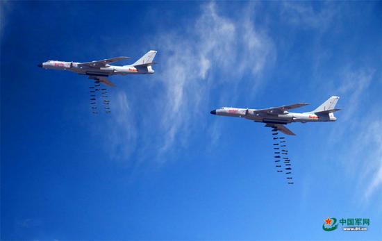 中国30架军机亮相俄军演 轰6K投下数十枚炸弹(图)