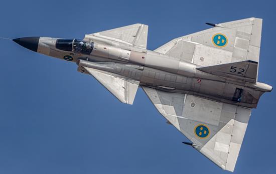 同样采用抬式布局的SAAB37战斗机