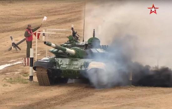燃起浓烟的伊朗队T-73B3