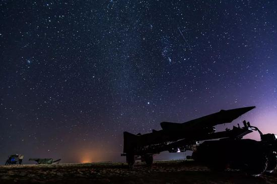 为了拍摄这张星空画面,杨盼老师受了不少罪,东北的野外天气啊......