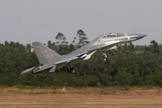 △与苏-35同部队的解放军苏-30MKK战机升空训练