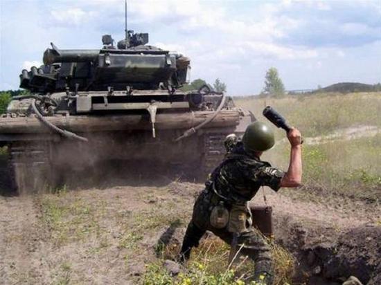 俄军手雷训练有时候组织得十分彪悍,比如使用训练弹在坦克从头上开过去后扔