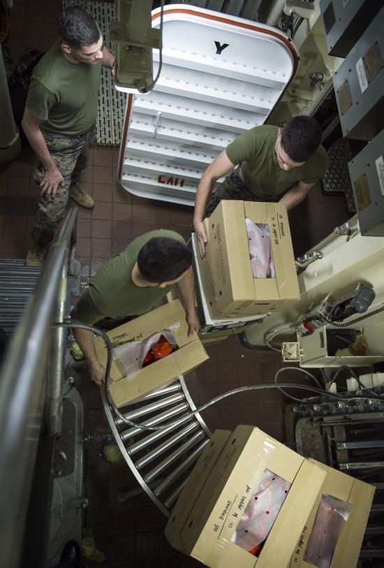 """""""好人理查德""""号上的水兵和陆战队员正在搬运物资(下同)"""